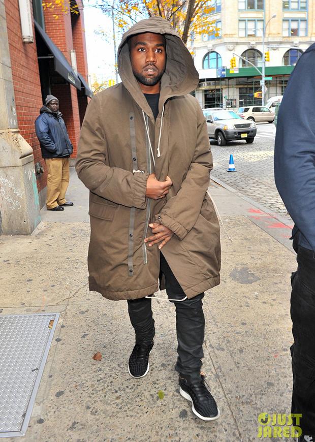Kanye West in the Nike Free Inneva Woven Black/White (photo via Just Jared)