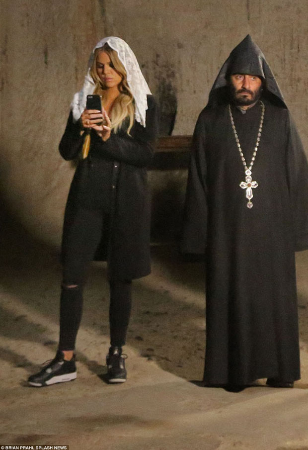 """Khloe Kardashian in the Air Jordan 4 """"Oreo"""""""