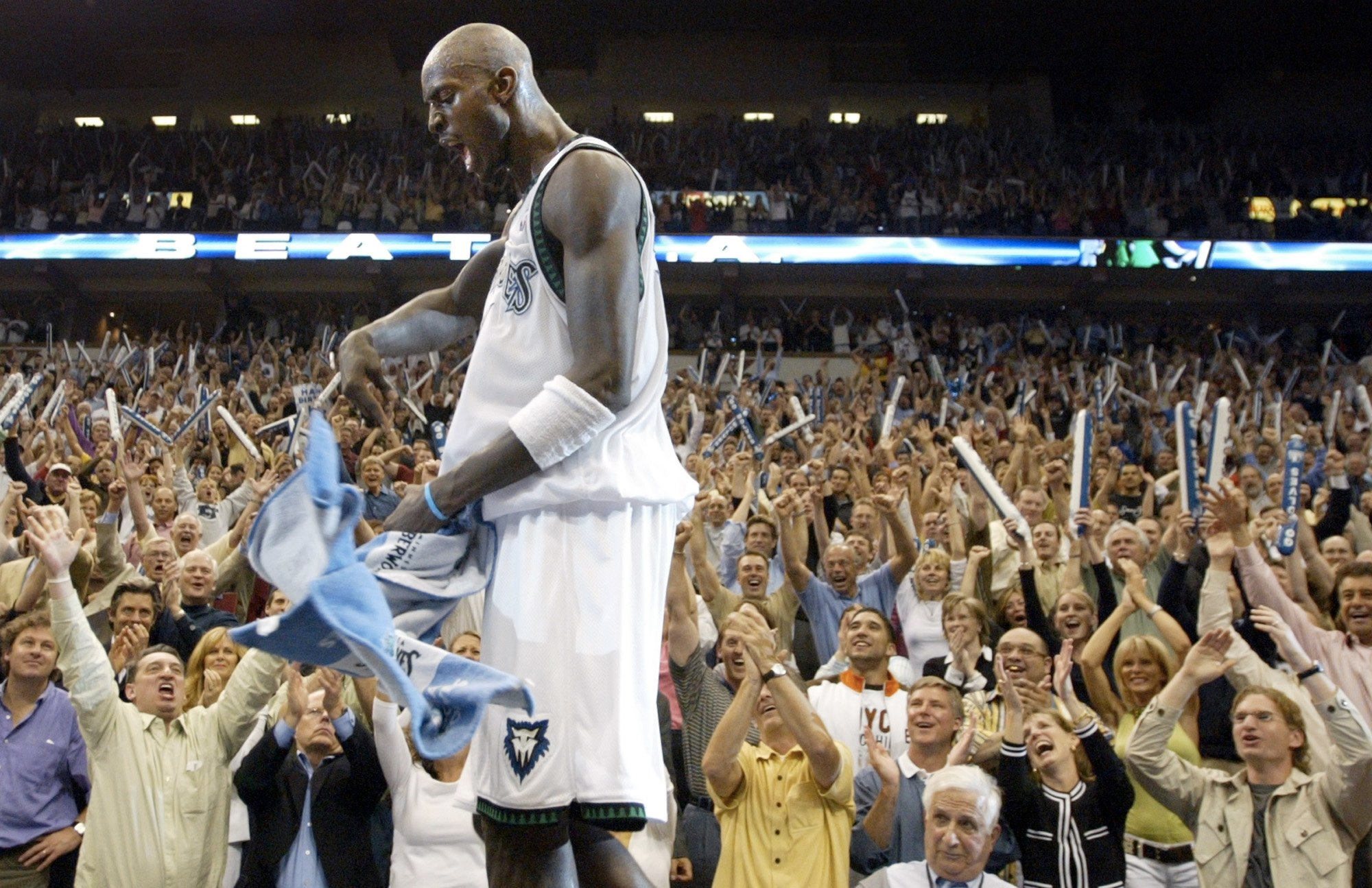 kg-twolves-crowd-hype