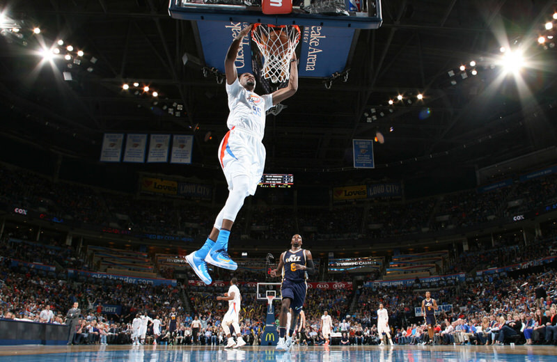 Kevin Durant dunking in the Nike KD 8 Elite