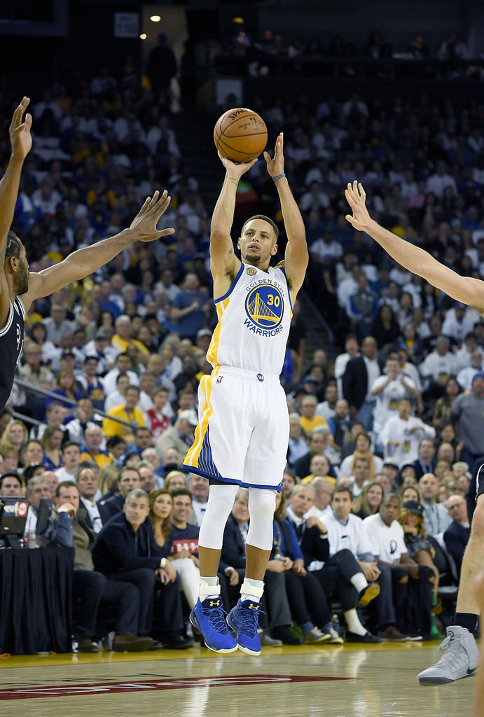 """Stephen Curry pulls up in the Under Armour Curry 3 """"Dub Nation"""""""