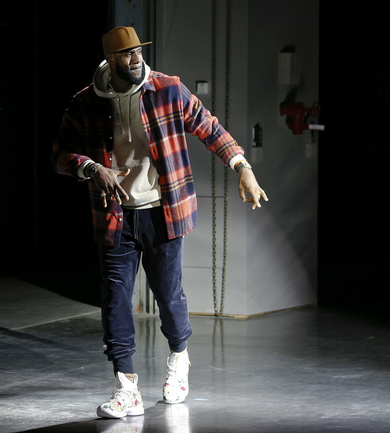 How do you make casual sweats look elegant? Layer them with an oversized flannel that matches their tones and pair them with the new LeBron 15s.