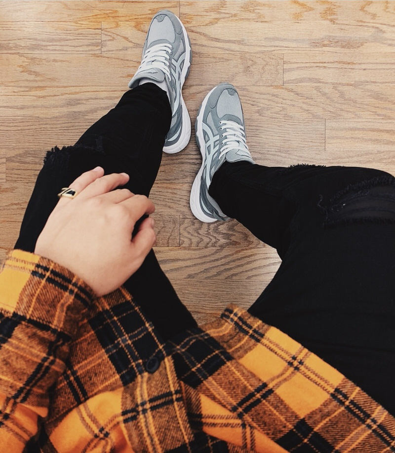 @trademarq__ pairs the GEL-Venture 6 with black ripped jeans and a vibrant orange flannel.